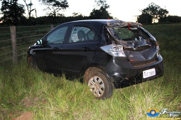 Veículo capota após condutor perder controle na curva em Bela Vista