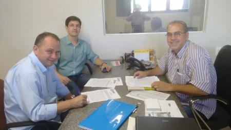Prefeito Douglas Gomes visita Assomasul e regulariza convênios com Cidema