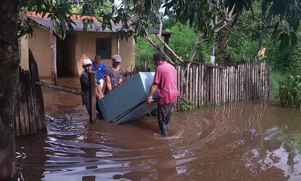 Rio Apa sobe e deixa dezenas de famílias desabrigadas em Bela Vista