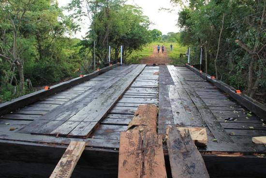 Prefeitura constrói nova ponte de madeira sobre o Córrego Alto Sapucaí