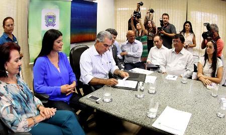 Reinaldo Azambuja autoriza reajuste e paga maior piso salarial de professores do país