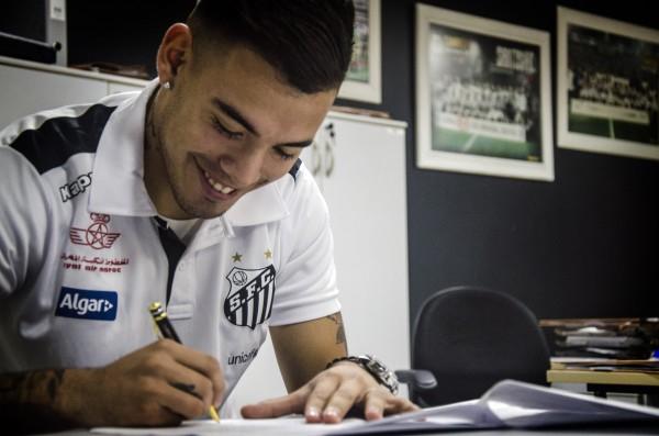 Argentino Máxi Rolón, enfim, assina contrato com o Santos