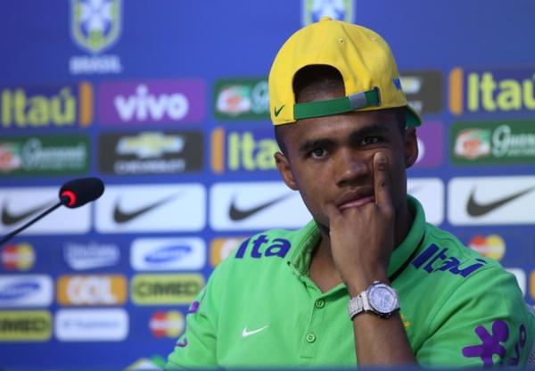"""Douglas Costa pede manutenção do esquema sem """"camisa 9"""" na Seleção"""