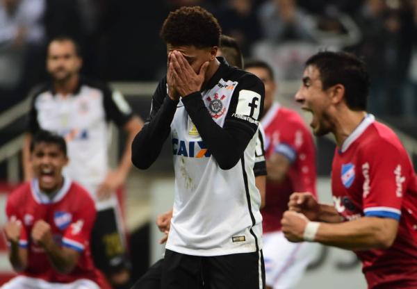 Corinthians empata com Nacional e chega à quinta eliminação em Itaquera