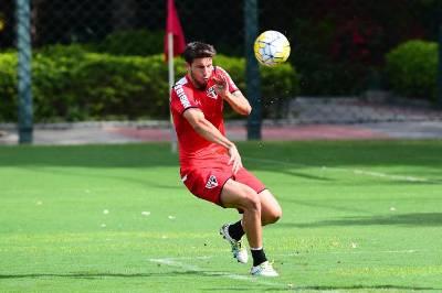 Calleri treina entre os titulares do São Paulo e faz gol em coletivo