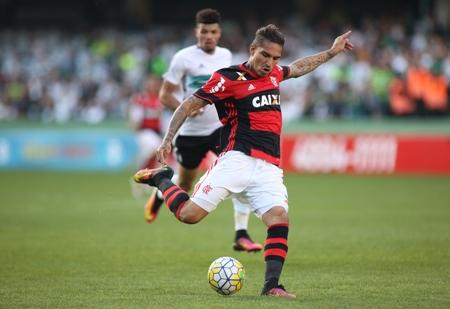Com gol de Guerrero, Flamengo vence Coritiba e cola no G4