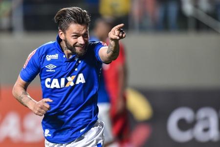 Sóbis faz três, Cruzeiro arrasa Inter e aumenta jejum colorado