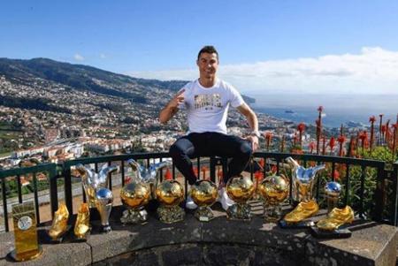 Na terra natal, Cristiano Ronaldo posa com seus troféus