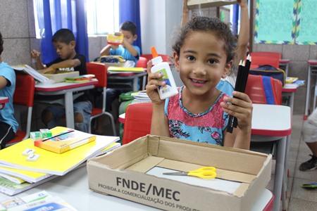 Prefeitura entrega kit de material escolar para rede municipal de ensino