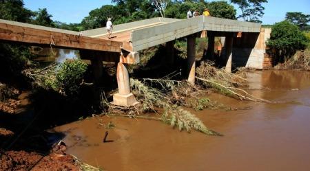 Reinaldo Azambuja determina urgência na recuperação da ponte que caiu em Jardim