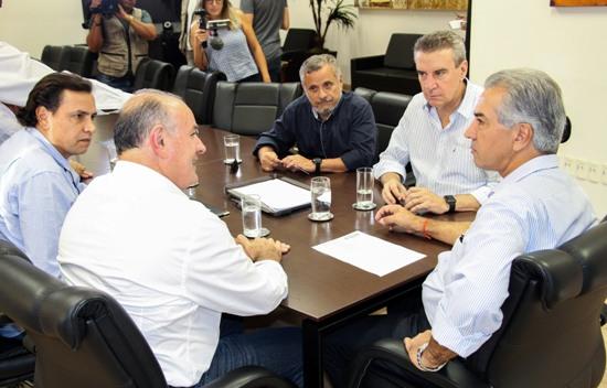Paulo Corrêa, Manoel Viais e Reinaldo Azambuja assinam convênio para construção de campo de futebol em Caracol