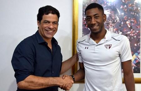 Carneiro assina contrato de três anos e é oficializado pelo São Paulo