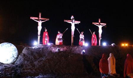 Paixão de cristo emociona brasileiros e paraguaios em Bela Vista