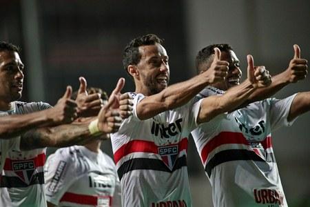 Com dois de Nenê, São Paulo bate América-MG e entra no G4