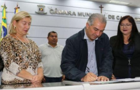 """Em pré-campanha, Reinaldo acompanha até futebol de """"várzea"""" em Campo Grande"""