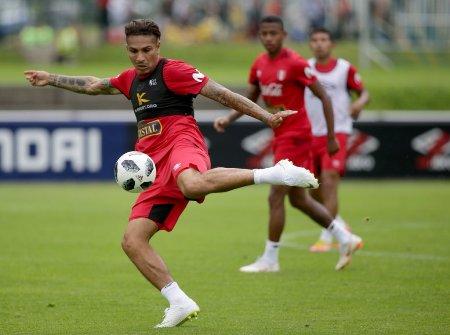 Liberado para a Copa, Guerrero treina com seleção peruana