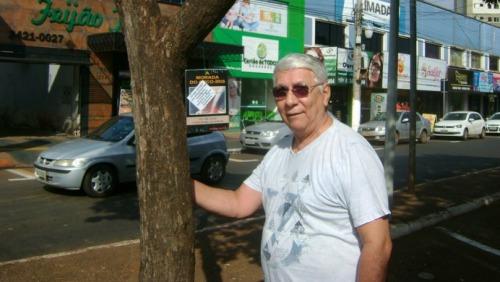 Dia do Escritor: Brígido Ibanhes 'planta' livros em árvores de Dourados