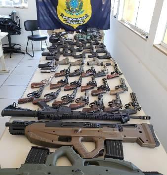 PRF apreende arsenal de guerra com 50 armas, incluindo fuzil e espingardas