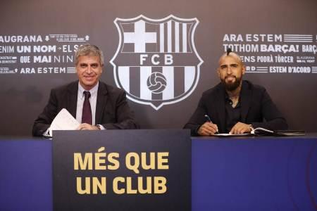 Arturo Vidal assina contrato e é apresentado no Barcelona