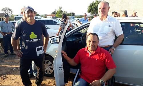 Prefeito Manoel Viais entrega novo carro para Secretaria Municipal de Saúde