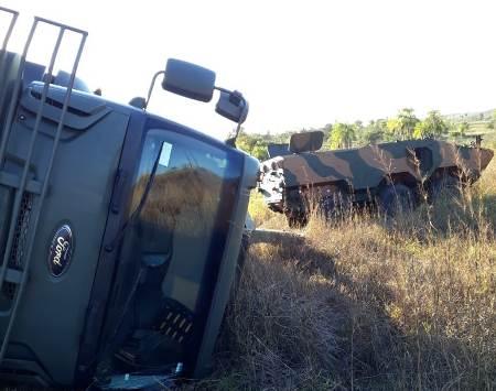 Guincho tomba ao tentar desvirar veículo blindado do Exército na fronteira