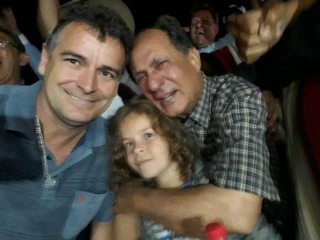Lideranças políticas e eleitores param carro na estrada para abraçar Zé Teixeira