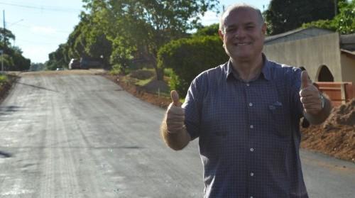Prefeito Manoel Viais comemora avanço de nova frente de asfalto