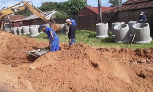 Prefeitura inicia obras de drenagem para asfaltar Rua Maurílio Godoy