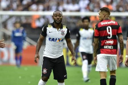 Love deve ter primeira chance pelo Corinthians nesta segunda