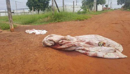 Tribunal do crime: corpo de homem é encontrado abandonado enrolado em edredom