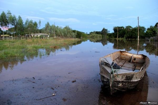 Rio Apa continua subindo e deixa ribeirinhos ilhados e moradores são levados para abrigos